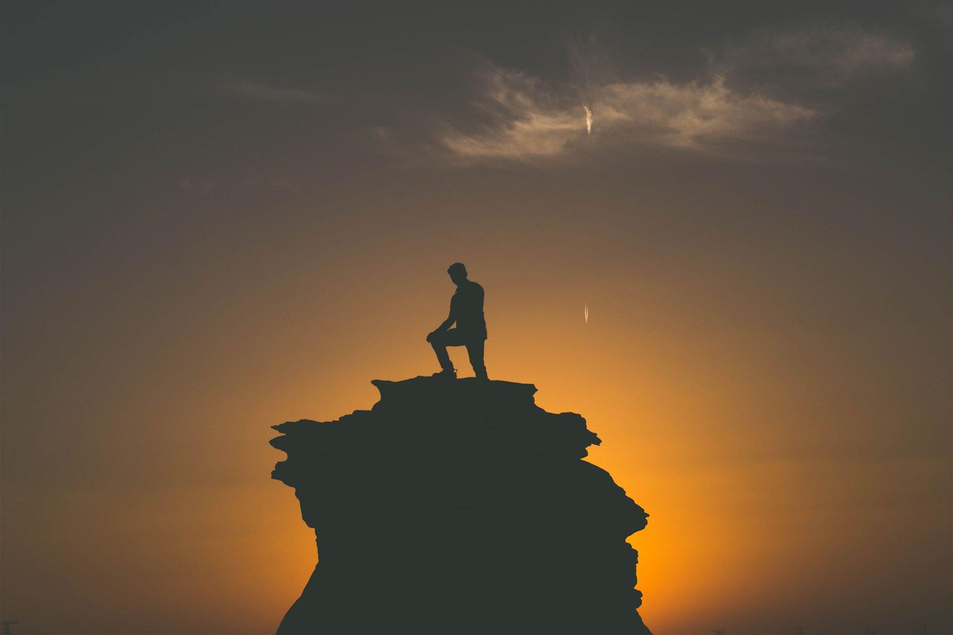 Agneta Eriksson syn på värderingar sittandes i en fåtölj med kaffekopp i handen